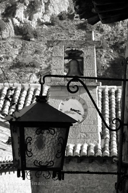 Rincón de Albarracin. Reloj de la plaza adornado con una farola.
