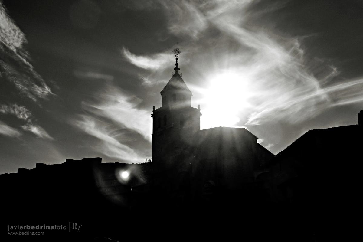 La iglesia se recorta contra el cielo