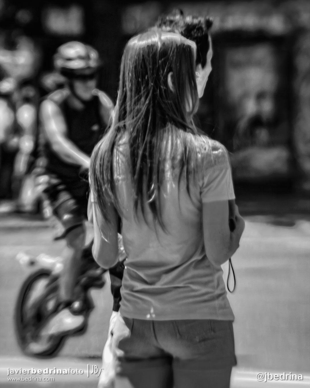 Chica de espaldas con cliclista