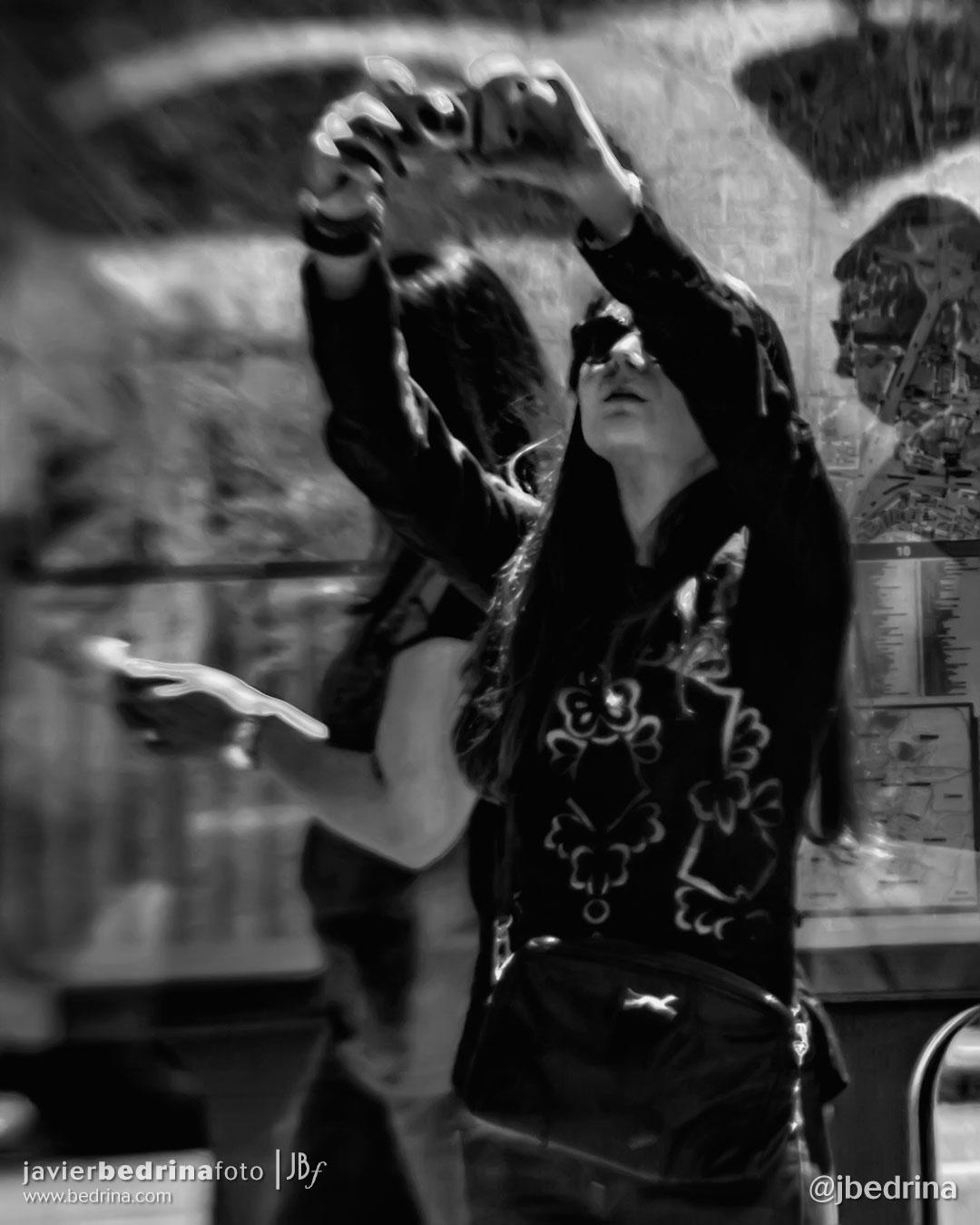 Streetphoto. Chica haciendo una foto en Cibeles