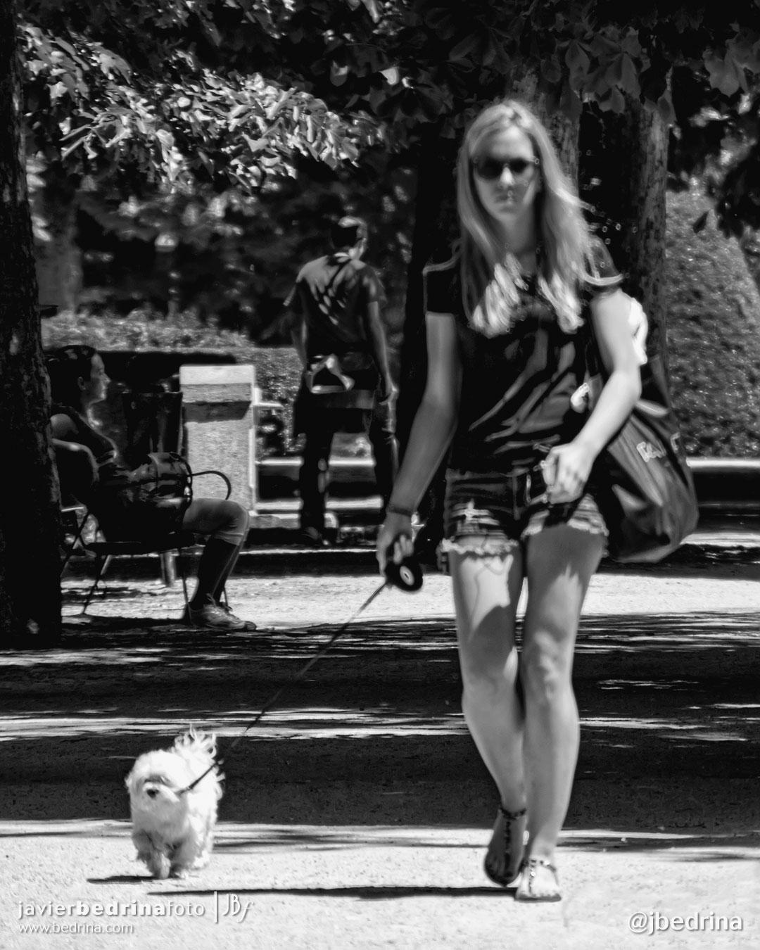 Streetphoto. Chica paseando al perrito en el Retiro