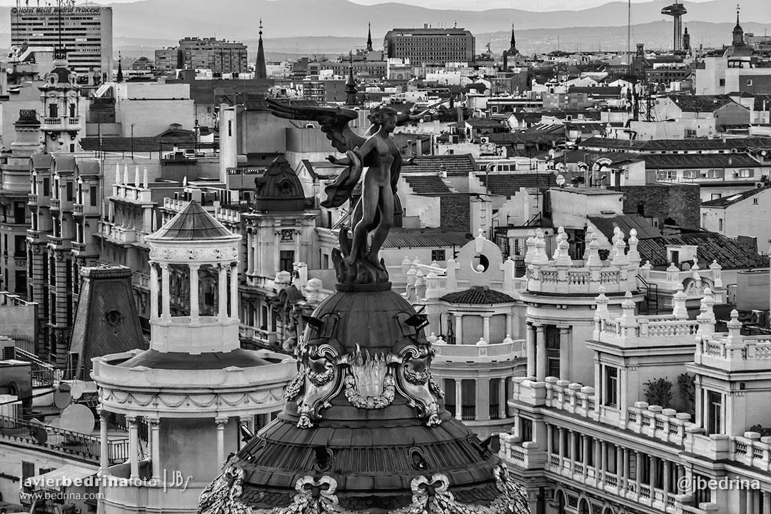 Victoria Alada. Edificio Metropolis desde el Círculo de Bellas Artes