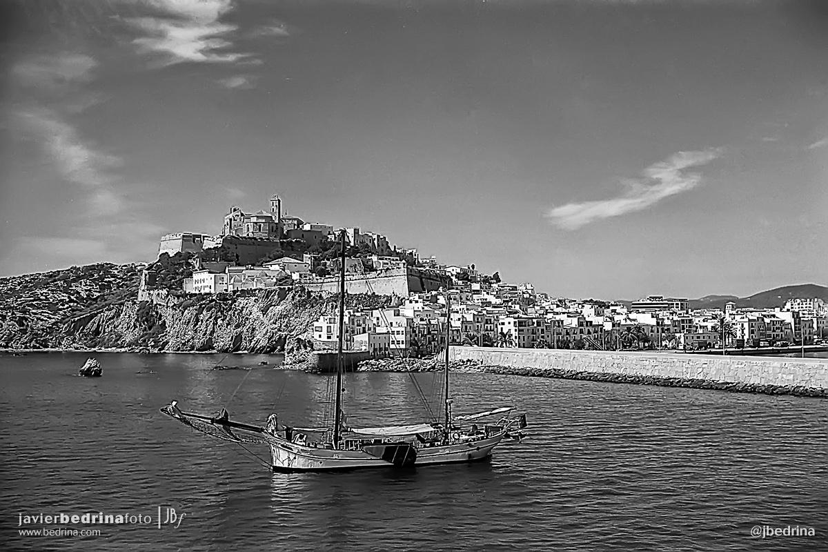Ciudad de Ibiza desde el puerto con velero.